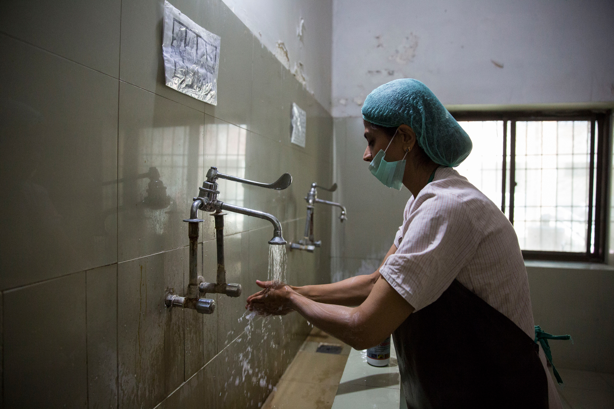 Dr Sadia Khan washes her hands before entering the operation theatre at Holy Family Hospital, Rawalpindi. Saiyna Bashir © Wellcome Trust