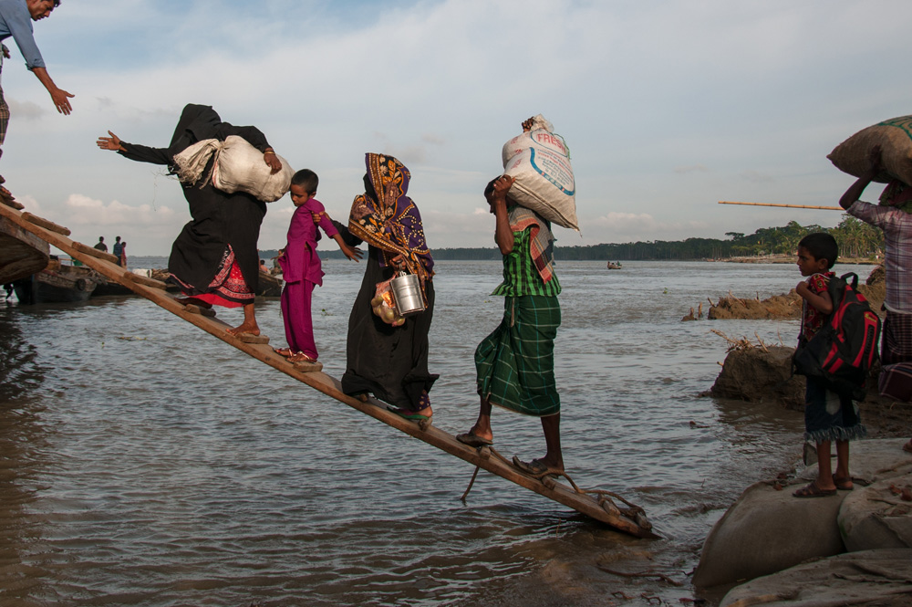 Image: Climate-affected internally displaced persons board a boat to travel to Dhaka, Bangladesh. Credit: M Ponir Hossain/Photoshare