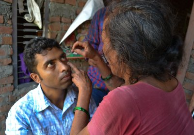 A community health volunteer practises applying fluorescein to detect corneal abrasions, Nepal. Credit: Jessica Kim