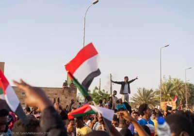Protestors near army HQ in Khartoum. Credit: M. Saleh/Wikimedia