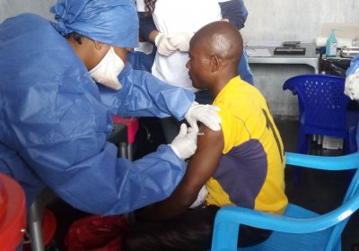Caption: Nurse Muliirwa Mulire receives 1st J&J vaccine in DRC. Credit: Ndjadi Lopongo.
