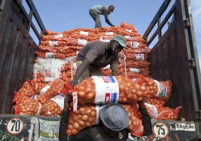 Unloading sacks of onions in a farmers market in Bamako, Mali. Photo © Dominic Chavez/World Bank