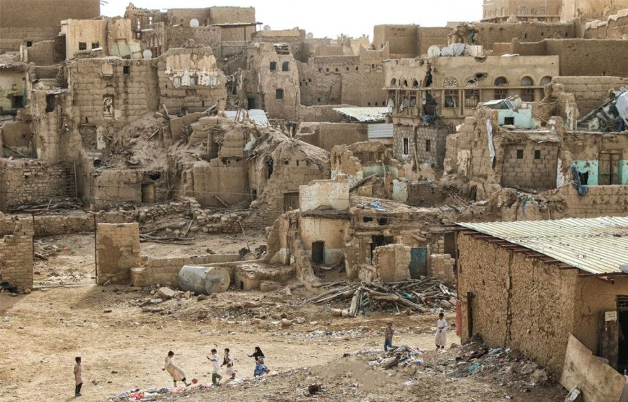 Saada. A group of children play football against a backdrop of destroyed houses. The northern governorate has witnessed several episodes of violence since 2006 that left behind immense destruction. © ICRC / Karrar al-Moayyad